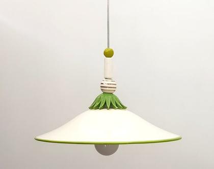 מנורה מקרמיקה בגוון שמנת עם עיטורים בירוק ובזהב. מתאימה במיוחד לפינת אוכל