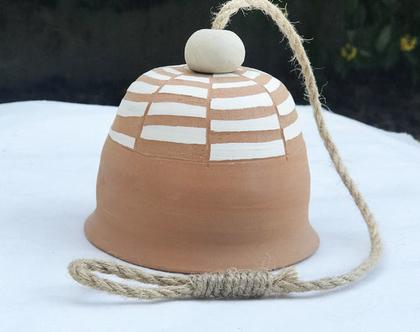 פעמון קרמיקה בעבודת יד, מעוטר ריבועים, עם חבל לתליה בבית או בחוץ