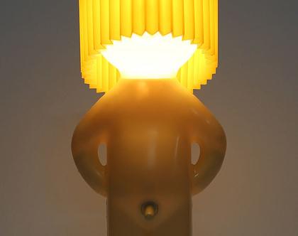 מנורת שולחן של דמות עירומה עם אהיל צהוב