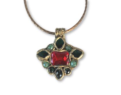 שרשרת תליון צבעוני, תליון גדול וססגוני עם קריסטלים בצבע ירוק ואדום, תכשיטים בהשראת שאנל