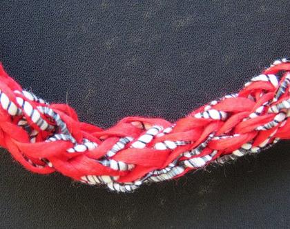 שרשרת אדומה סרוגה, גווני שחור אדום לבן