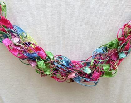שרשרת חוטים צבעונית בגוונים של ורוד וירוק, שרשרת סרוגה, שרשרת רומנטית