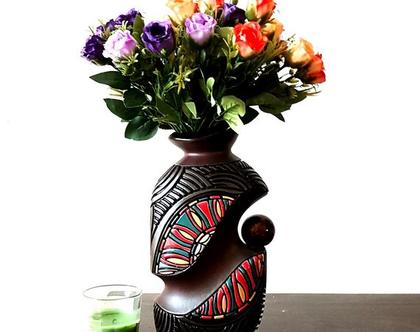 """אגרטל - עבודת יד. חתום. צבע בסיס חום בעיצוב צבעוני ושחור מבריק. עם כדור חום מבריק בצד. מק""""ט 1184"""