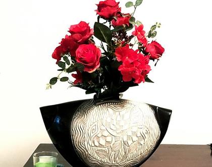 """אגרטל גדול. עבודת יד. צבע שחור מבריק מעוצב בחריטת פרחים בצבע אפור על רקע אופוויט. מק""""ט 1234"""