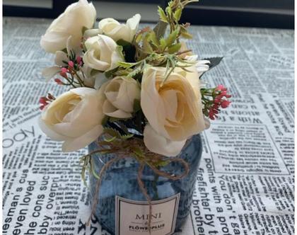 צנצנת זכוכית כחולה בסגנון נורדי עם פרחים לבנים מלאכותיים - מקסים!