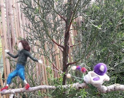 מובייל עבודת יד - מובייל מחומרים טבעיים - מוביל גמד מושך שבלול ובו תינוק - ענף, צמר, קונכיה וחוט ברזל