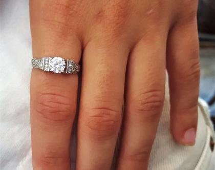 *חיסול מלאי* טבעת בכסף 925 עם שיבוץ אבן מרכזית ושיבוץ מיקרו מסביב מידה 53