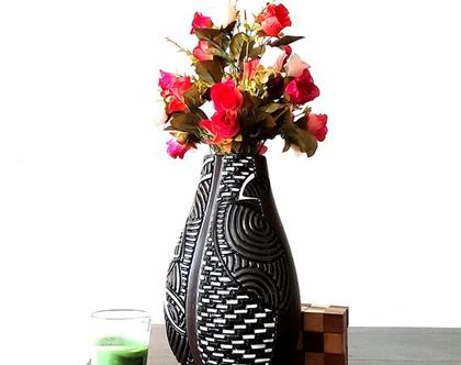 """אגרטל. עבודת יד. בצורת מנגו. צבע בסיס חום מט מעוצב שחור לבן מבריק . מק""""ט 1176"""