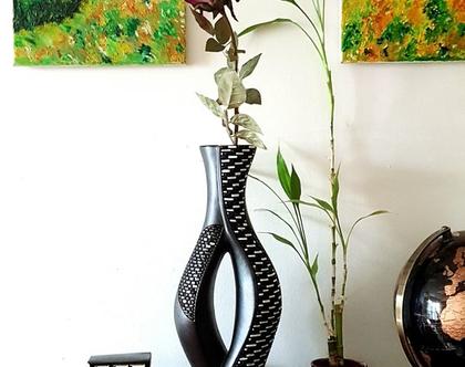 """אגרטל גבוה בצורת גזע עץ. קרמיקה-עבודת יד. חתום. צבע שחור מט מעוצב בחריטה בשחור לבן מבריק. מק""""ט 1166"""