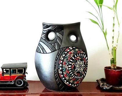 """אגרטל בינוני עבודת יד - חתום. צבע שחור מט בעיצוב צבעוני ושחור מבריק. מק""""ט 1177"""