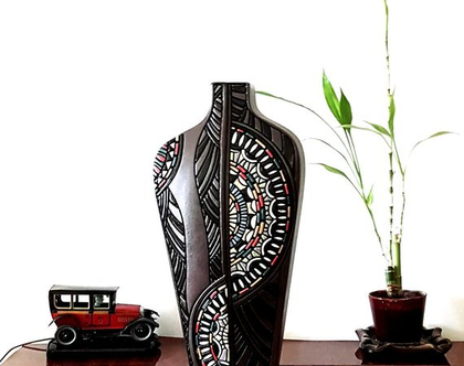 """אגרטל גבוה בצורת """"כתפיים"""" - קרמיקה בעבודת יד. חתום. צבע חום בעיצוב צבעוני ושחור מבריק. מק""""ט 1128"""