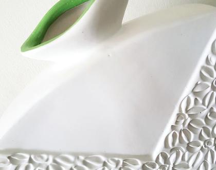 """אגרטל בינוני. עבודת יד. קרמיקה. צבע לבן מט מעוצב בחריטת פרחים. מק""""ט 1236"""