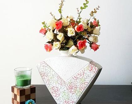"""אגרטל בינוני עדין מאוד. עבודת יד צבע אופוויט עם פרחים מצוירים בלבן,ירוק,אדום ואפור עדינים במיוחד. מק""""ט 1237"""