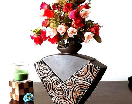 """אגרטל בינוני. עבודת יד חתום - צבע בסיס חום מט. מעוצב בחריטה בגוונים חומים. מק""""ט 1082"""