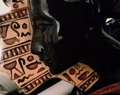 """פסל ראש נפרטיטי בעבודת יד. חתום. צבע שחור מבריק עם ציורים בחום וכתום. מק""""ט 1211"""
