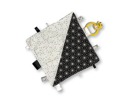 שמיכי תווית | שמיכי תגיות | שמיכי עם נשכן | שמיכי טלאים | שמיכה קטנה למשחק | שמיכה עם תוויות | שמיכי שחור לבן גיאומטרי לתינוק | נשכן