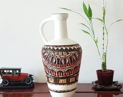 """אגרטל גדול בצורת כד עם ידית. עבודת יד. חתום. צבע אופוויט מעוצב בגוונים חומים. מק""""ט 1173"""