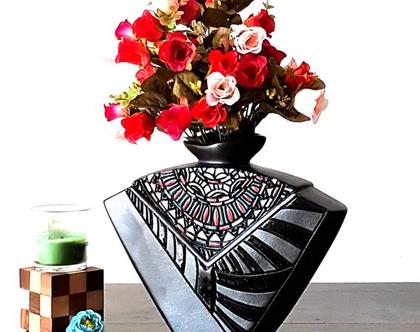 """אגרטל. עבודת יד. חתום. צבע שחור מט מט מעוצב בחריטה בצבעים שונים ושחור מבריק. מק""""ט 1167"""