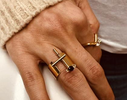 טבעת סטייטמנט פתוחה בציפוי זהב איכותי עם אבן שחורה   עיצוב גיאומטרי בעבודת יד