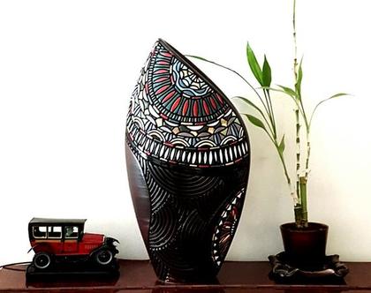 """אגרטל גדול ומרשים. עבודת יד. חתום. צבע בסיס חום מט בעיצוב חריטה בשחור, ירוק, אדום לבן מבריק . מק""""ט 1129"""