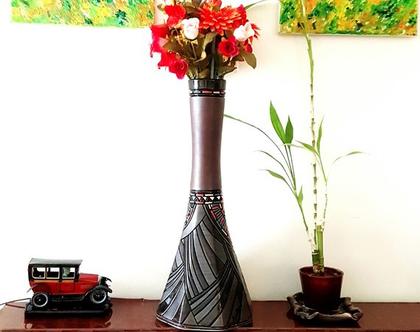 """אגרטל גבוה בצורת מגדל. עבודת יד. חתום. צבע בסיס חום מט בעיצוב צבעוני ושחור מבריק. מק""""ט 1101"""
