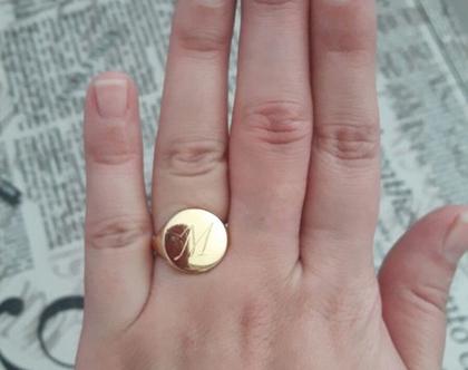 טבעת חותם קלאסית עגולה עם חריטה לבחירה אות/שם בגולדפילד או כסף