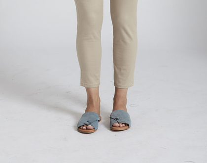 נעליים סנדלים בגוון תכול פטרול . שנדלים אסימטריים, כפכפים אסימטרים, סנדלי נוחות
