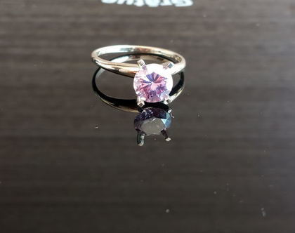 טבעת אירוסים סוליטר זהב לבן 14k עם יהלום מעבדה ורוד 0.68 קרט
