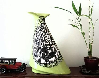 """אגרטל גדול. עבודת יד. חתום. בצורת משולש צבע בסיס ירוק בהיר מבריק מעוצב בחריטת פרחים בשחור על קרע אופוויט . מק""""ט 1016"""