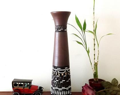 """אגרטל גבוה ואלגנטי בצורת קונוס, עבודת יד, חתום. צבע בסיס חום כהה מט מעוצב בחריטה בשחור, לבן וצהוב מבריק. מתאים גם לפרח בודד גבוה. מק""""ט 1238"""