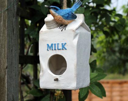 מתקן האכלה לציפורים בגינה דמוי קרטון חלב