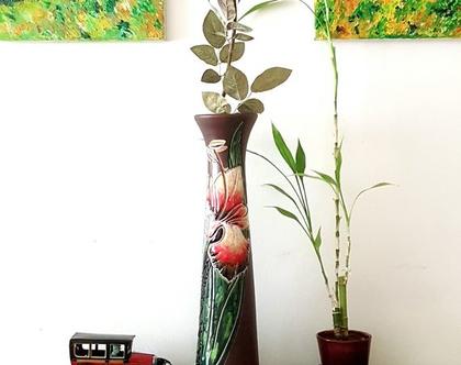 """אגרטל גבוה ואלגנטי בצורת קונוס, עבודת יד, חתום. צבע בסיס חום כהה מט מעוצב בחריטת פרח איריס. מתאים לפרח בודד גבוה. מק""""ט 1239"""