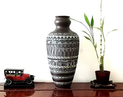 """אגרטל גדול בסגנון עתיק. עבודת יד. חתום. מעוצב בחריטה בצבעים חום ואפור עם נגיעות ירקרק. מק""""ט 1180"""