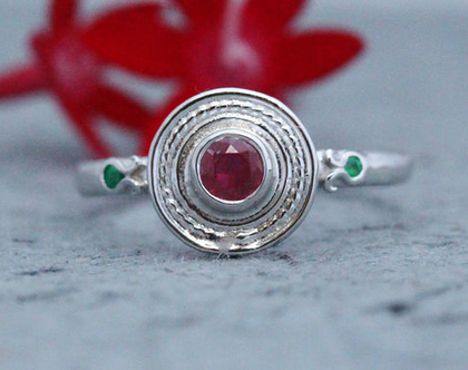 טבעת אירוסין זהב לבן, טבעת אירוסין רובי, טבעת זהב לאישה, טבעת רובי מיוחדת, טבעת אבני חן, אבן רובי, טבעת אירוסין משובצת, טבעת אירוסין רובי