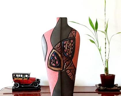 """אגרטל גבוה בצורת כתפיים. עבודת יד, צבע בסיס שחור מט מעוצב ורוד וכתום פסטל. מק""""ט 1200"""