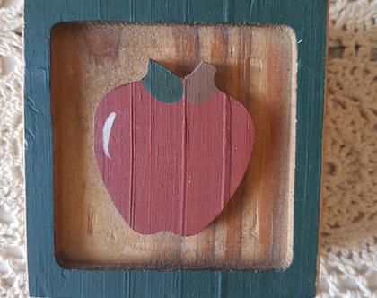 תפוח על ריבוע עץ קנטרי - כקובית עץ עם תפוח - קישוט עץ בסגנון קאנטרי - מתנה לראש השנה