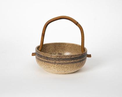 כלי הגשה עם ידית, לפיד חתום ומצוייר ביד
