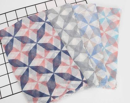 צעיף גאומטרי בכחול ורוד