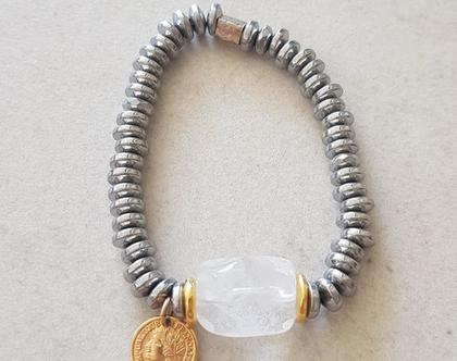 צמיד המטייט כסוף, בשילוב אבן בגוון לבן-שקוף, עם תליון מטבע בגולדפילד או תליון דג