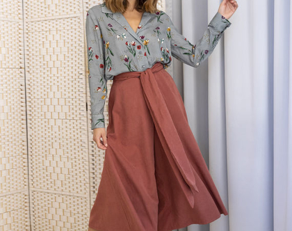 מכנס חצאית בצבע חמרה עם מותן קשירה , מכנסיים מתרחבים בגזרה גבוהה , מכנסיים אדומים , מכנסי קשירה