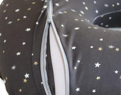"""כרית הנקה גדולה דגם """"מאי"""" , שחורה עם כוכבים קטנים צבעוניים, מבית הני דויטש, תוצרת הארץ"""