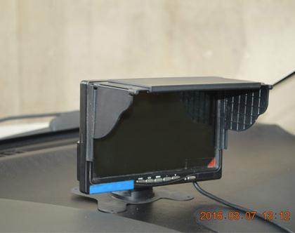 מגן שמש למערכת מולטימדיה ברכב