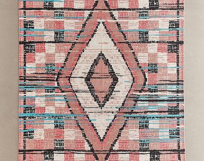 שטיח ורוד בעיצוב גיאומטרי