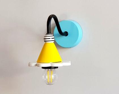 מנורת קיר קטנה - מנורה צבעונית - צמוד קיר צבעוני - מנורה מיוחדת - גוף תאורה צהוב - שחור לבן - תאורת אווירה - מנורה ליד המיטה