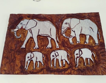 תמונה חרוטה ומגולפת בעץ מלא ובעבודת יד - פילים