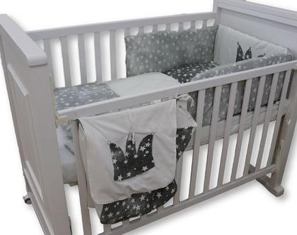 """לחדר תינוקות, סט מצעים למיטת תינוקת דגם """" ירח אפור """" כולל גם שק טיטולים וסל כביסה תואם. ניתן לקבל גם כסט עריסה, מבית הני דויטש, מיוצר בישראל"""