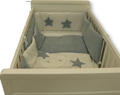 """לחדר תינוקות, סט מצעים למיטת תינוקת דגם """"ירח כחול"""" כולל גם שק טיטולים וסל כביסה תואם. ניתן לקבל גם כסט עריסה, מבית הני דויטש, מיוצר בישראל"""