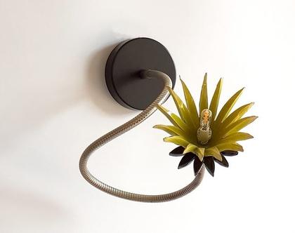 מנורת קיר - מנורה מתכווננת - צמוד קיר - מנורת קריאה - מנורה לחדר שינה - גוף תאורה צמוד קיר - פרח ירוק - G9
