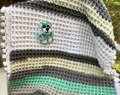 שמיכה סרוגה לתינוקות  שמיכה סרוגה עם גמר פומפונים סרוגים  שמיכה עם דובון סרוג