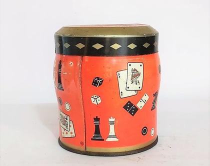 קופסת פח ישנה-מאוירת בשלל משחקי חברה שח מט שש בש וקלפים ג.10ס'מ ק.8 ס'מ
